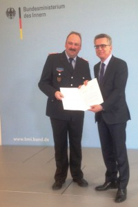Landesgeschäftsführer Michael Sander erhält vom Bundesminister des Inners, Dr. Thomas de Maizière die Förderurkunde für das Bundesprojekt.
