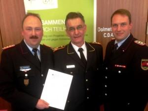 Landesgeschäftsführer Michael Sander (v. links) mit dem Präsidenten des DFV, Hartmut Ziebs, und dem neuen Projektmitarbeiter des LFV NDS, Olaf Rebmann.