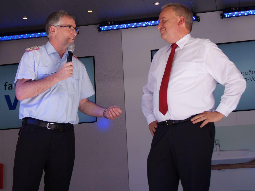 Der VGH-Vorstandsvorsitzende Hermann Kasten im Gespräch mit dem LFV-Präsidenten Karl-Heinz Banse bei der Übergabe des neuen VGH-Brandschutzmobils. (Foto: LFV-NDS Rebmann)