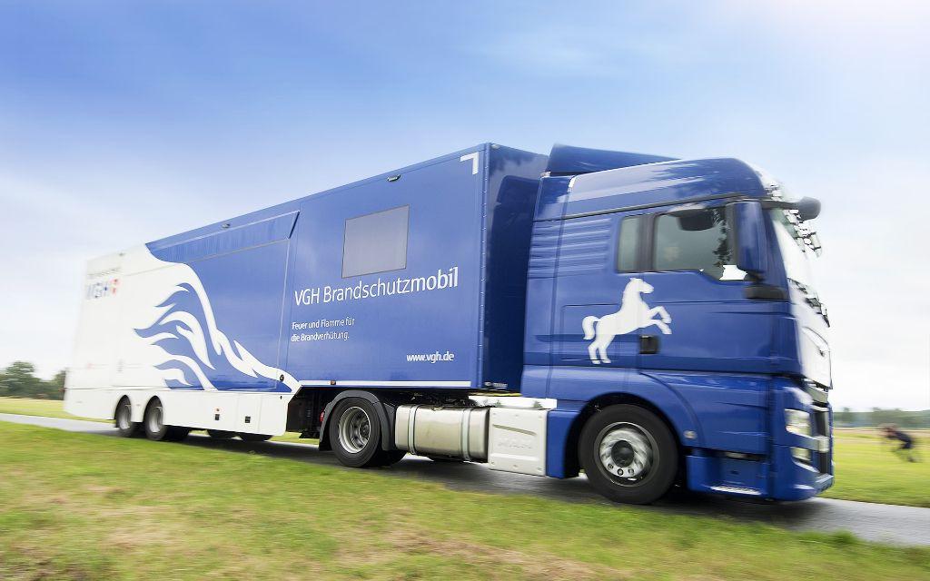 Das neue VGH-Brandschutzmobil nimmt Fahrt auf zu den Bürgerinnen und Bürgern in Niedersachsen. (Foto: VGH)