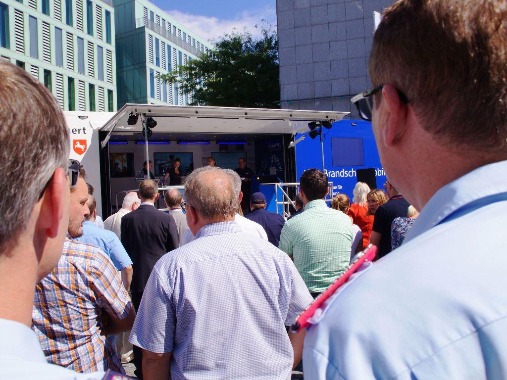 Dicht gedrängt standen die anwesenden VGH-Mitarbeiter, die Vertreter der Feuerwehren sowie die vielen weiteren Gäste vor dem neuen VGH-Brandschutzmobil bei der ofiiziellen Übergabe an den LFV-NDS.