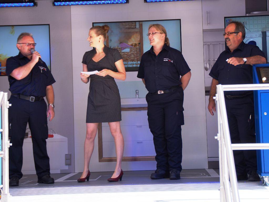 Um den vielen Gästen der Übergabe die Möglichkeiten des VGH-Brandschutzmobils näher zu bringen, stellten sich drei Branschutzerzieher der Trainerteams den Fragen in der Interviewrunde. (Foto: LFV-NDS Rebmann)