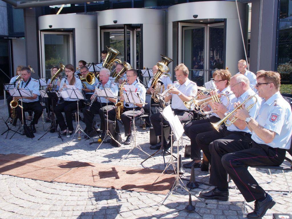 Für die musikalische Untermalung des Programms der Übergabe des VGH-Brandschutzmobils sorgte der Musikzug des Feuerwehrverbandes Region Hannover. (Foto: LFV-NDS Rebmann)