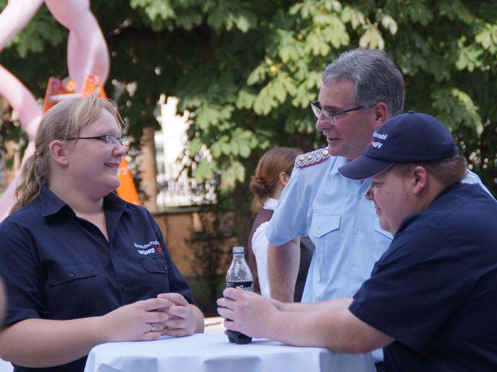 LFV-Präsident Karl-Heinz Banse im Gespräch mit zwei Kameraden aus dem Trainerteam des VGH-Brandschutzmobils. (Foto: LFV-NDS Rebmann)
