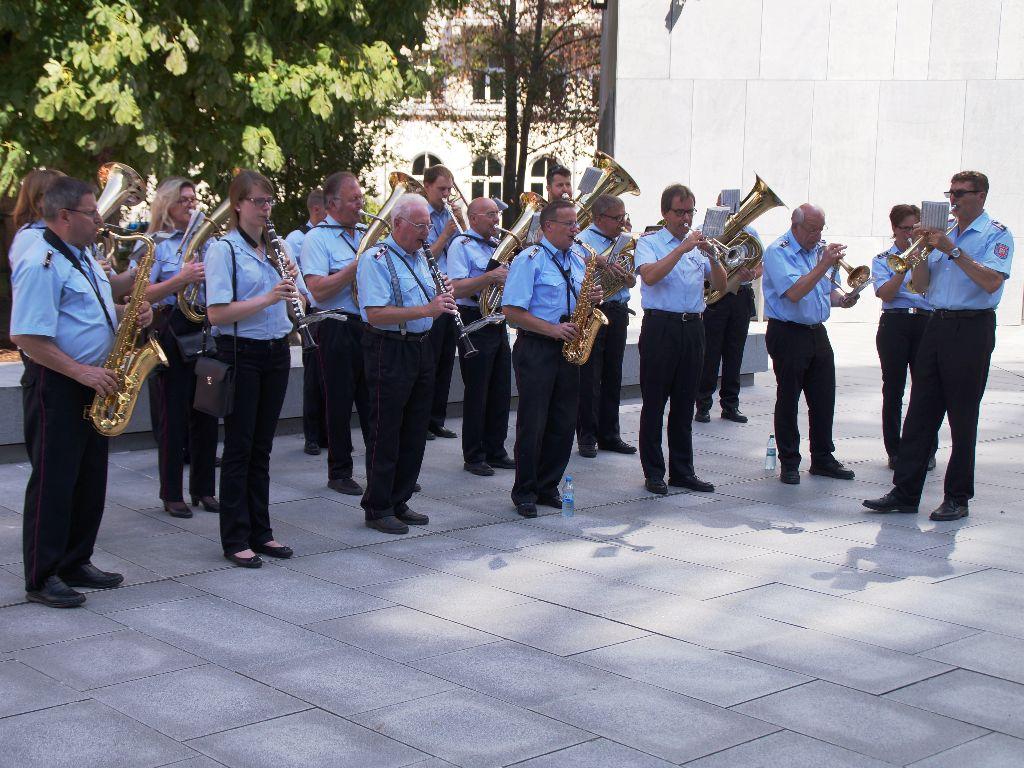 Der Musikzug des Feuerwehrverbandes der Region Hannover gab im Anschluss an die Übergabeveranstaltung noch ein kleines Platzkonzert für alle Anwesenden. (Foto: LFV-NDS Rebmann)
