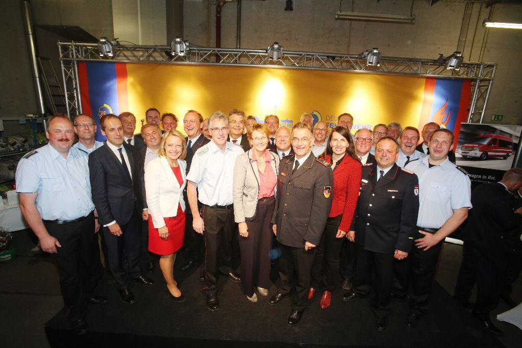 Die niedersächsischen Feuerwehrleute unter der Führung vom LFV-Präsidenten Karl-Heinz Banse mit ihren anwesenden Bundestagsabgeordneten sowie dem DFV-Präsident Hartmut Ziebs.  (Foto DFV)