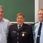 Die Landesfrauensprecherin mit dem LFV-Präsidenten Karl-Heinz Banse und dem Landesbranddirektor Jörg Schallhorn.