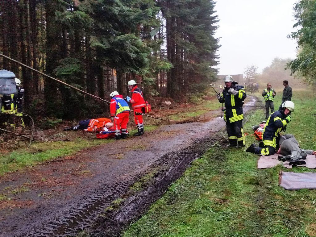 Zusammen arbeiteten die Einsatzkräfte der Feuerwehr und der Hilfsorganisationen die Lage des Hubschrauberabsturzes ab.