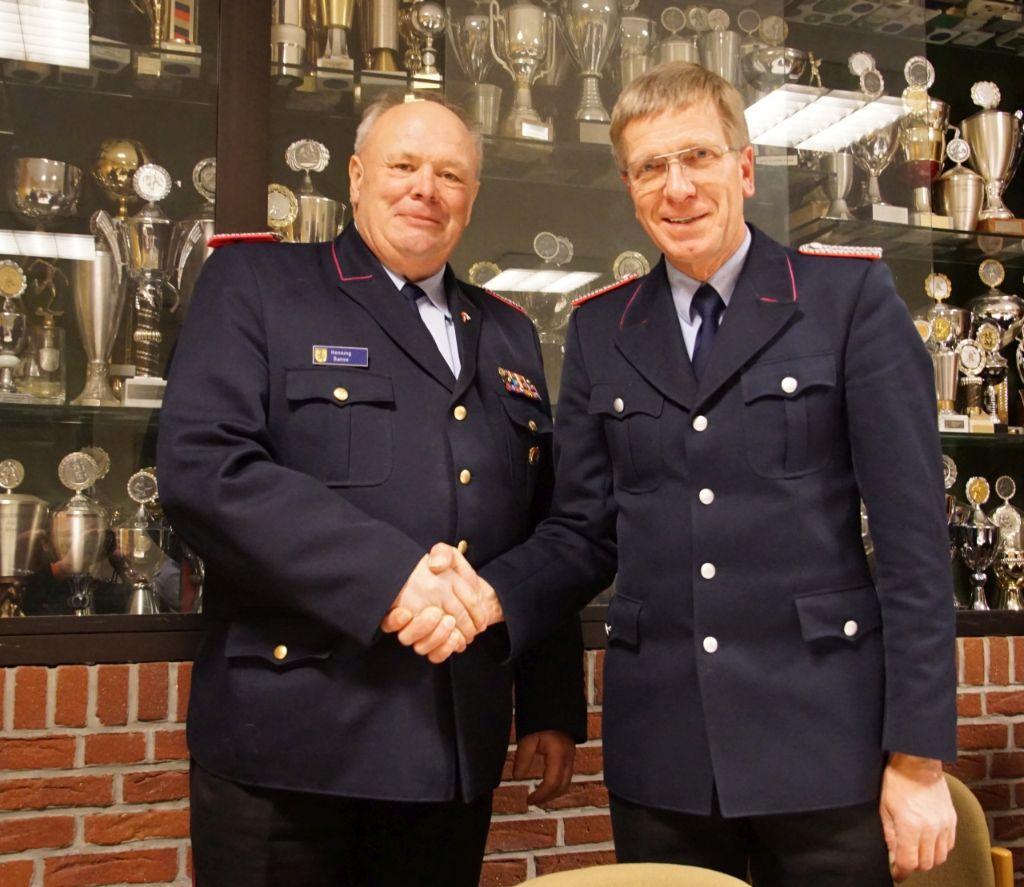 Stadtbrandmeister Henning Banse (links) gratuliert Ortsbrandmeister Friedhelm Hinrichs direkt nach der Wahl.