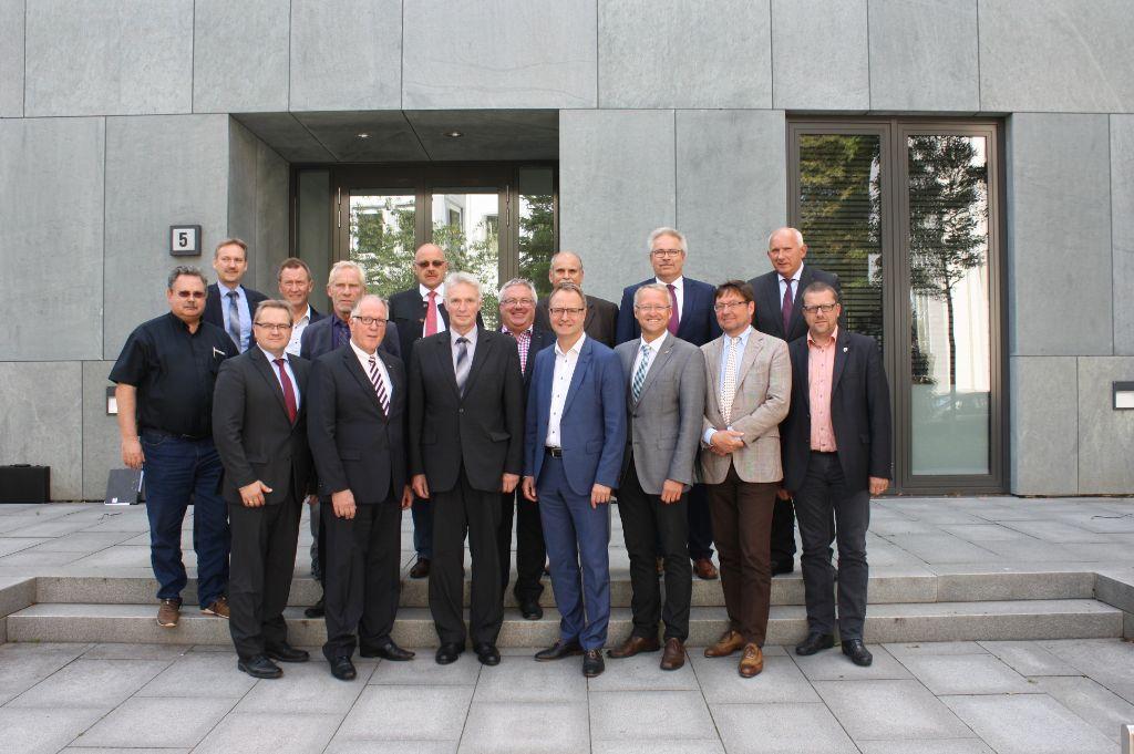 Die Vertreterversammlung der Feuerwehr-Unfallkasse Niedersachsen während ihrer konstituierenden Sitzung.