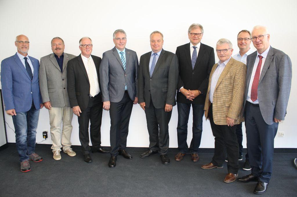 Der Vorstand der Feuerwehr-Unfallkasse Niedersachsen mit seinem Vorsitzenden, LFV-Präsident Karl-Heinz Banse (3. v. links).